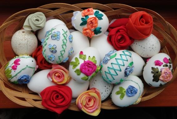 Вышивка на яйцах лентами